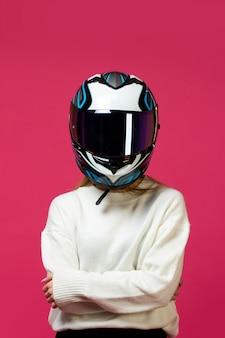 Kobieta w białym swetrze z kaskiem motocykla