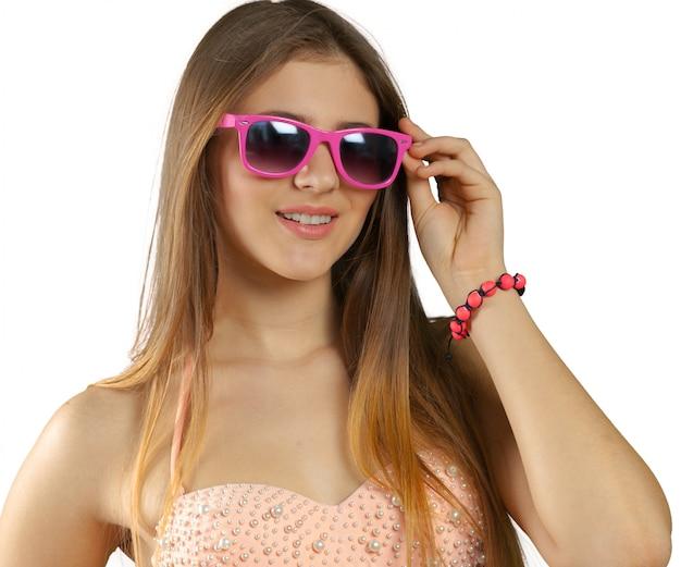 Kobieta w bikini i okularach przeciwsłonecznych odizolowywających