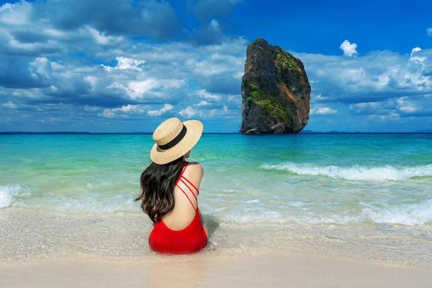 Kobieta w bikini na wyspie poda, tajlandia.