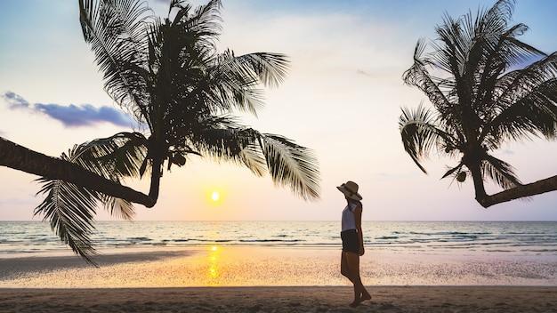 Kobieta w bikini relaks na plaży