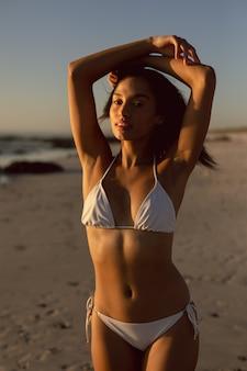 Kobieta w bikini stojący na plaży
