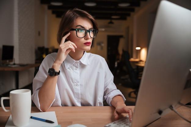 Kobieta w biurze. z okularami.