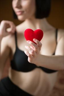 Kobieta w biustonosz z sercem