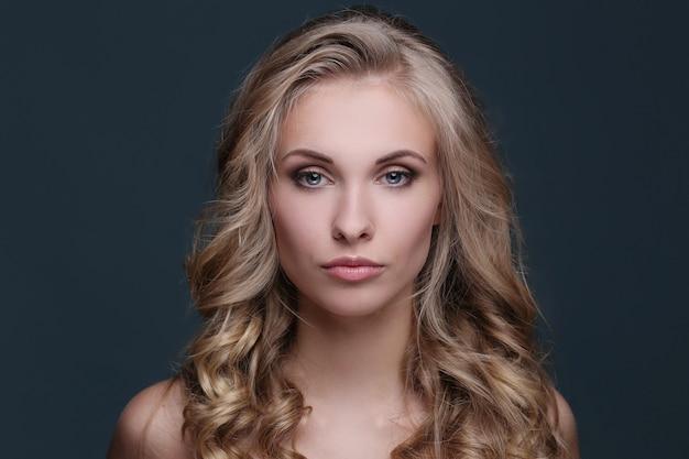 Kobieta w blond kręcone fryzury