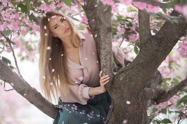 Kobieta w blossoming sakura tree na charakter