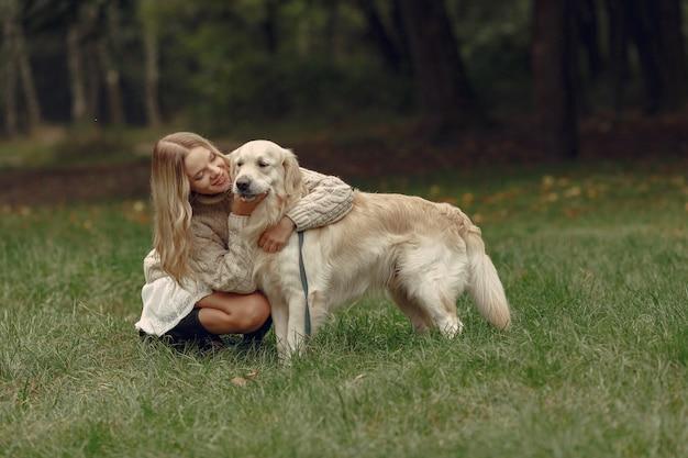 Kobieta w brązowym swetrze. dama z labradorem