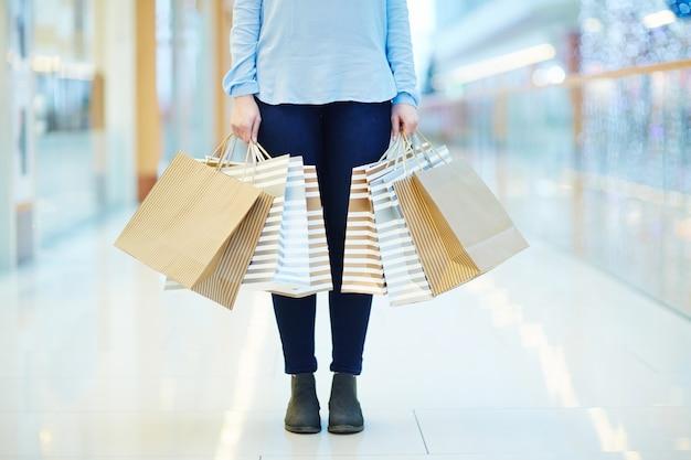 Kobieta w centrum handlowym