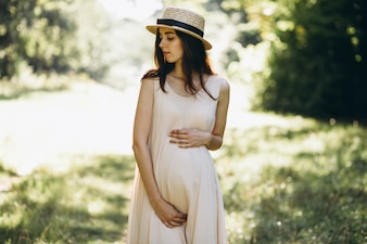 Kobieta w ciąży w parku