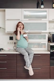 Kobieta w ciąży cieszy się jedzenie czekoladę