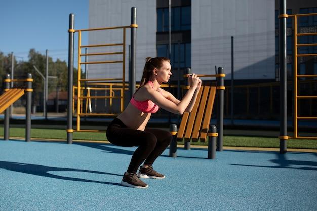 Kobieta w ciąży ćwiczy samotnie na świeżym powietrzu