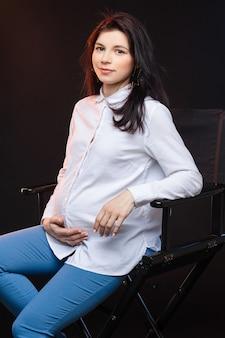 Kobieta w ciąży czeka na dziecko. pojęcie macierzyństwa, rodzicielstwa, przygotowania i oczekiwania. szczęśliwa mama w ciąży