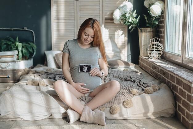 Kobieta w ciąży gospodarstwa usg dziecka