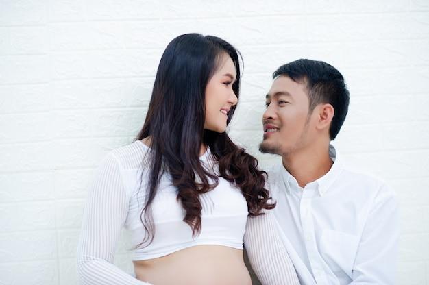 Kobieta w ciąży jest zadowolona z mężem, przygotowując się do obserwowania rodzącego dziecka.