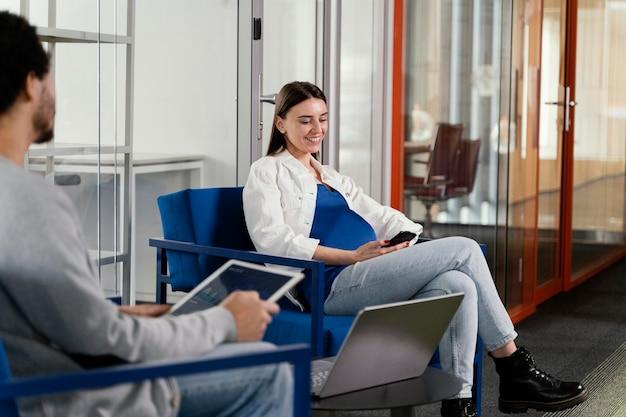 Kobieta w ciąży ma spotkanie ze swoim współpracownikiem