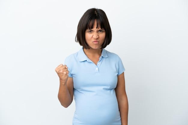 Kobieta w ciąży na białym tle z nieszczęśliwym wyrazem twarzy