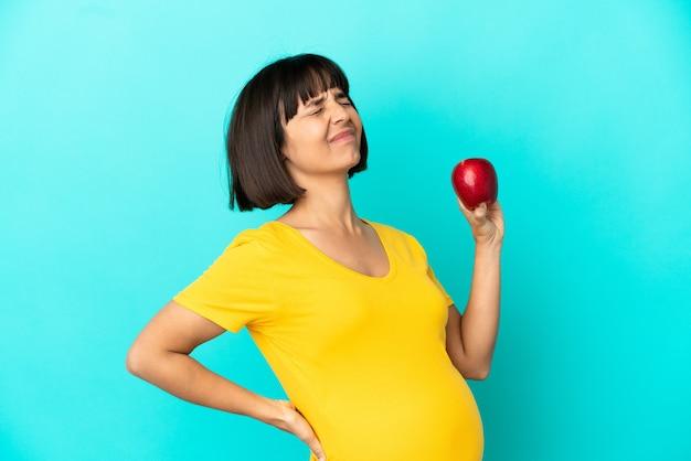 Kobieta w ciąży na białym tle
