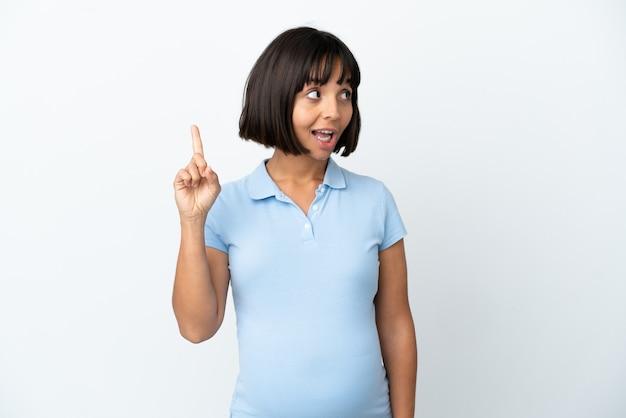 Kobieta w ciąży na izolowanym białym tle zamierzająca zrealizować rozwiązanie, podnosząc palec w górę