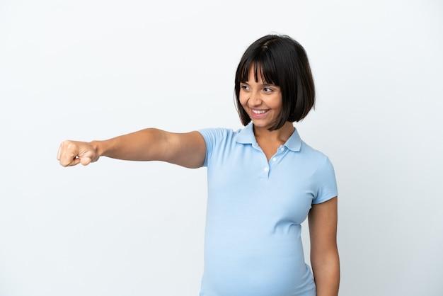Kobieta w ciąży na odosobnionym białym tle dająca gest kciuka w górę