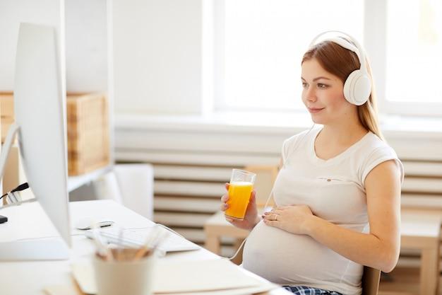 Kobieta w ciąży ogląda filmy