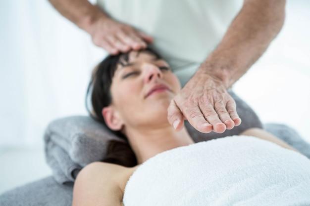 Kobieta w ciąży otrzymująca masaż od masażysty w spa