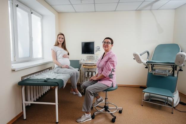 Kobieta w ciąży otrzymuje poradę lekarza po usg w klinice