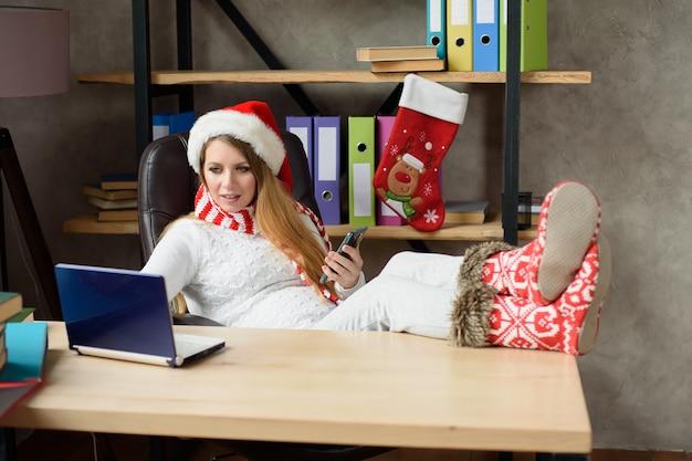 Kobieta w ciąży pracuje na laptopie. biznesowa pani w pracy. koncepcja ciąży, biznesu, pracy i technologii