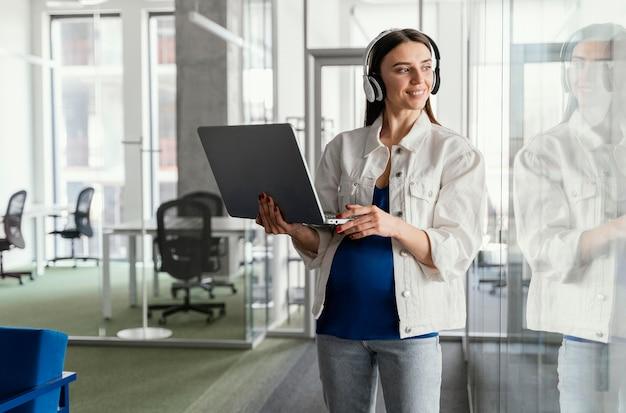 Kobieta w ciąży pracuje w firmie