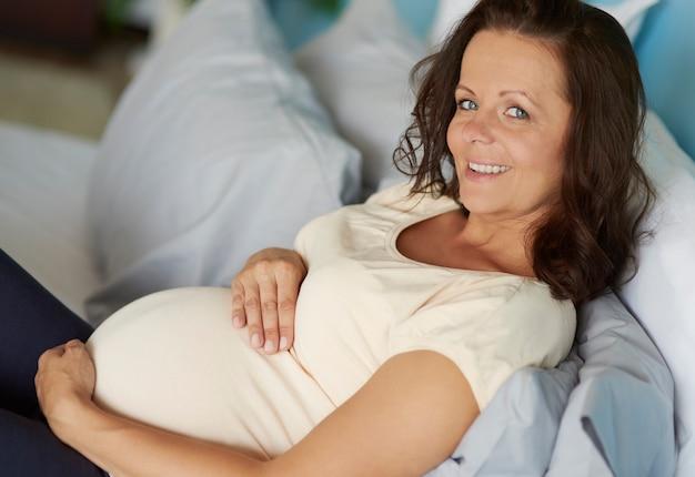 Kobieta w ciąży relaks w sypialni