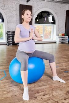 Kobieta w ciąży robi joga prenatalna