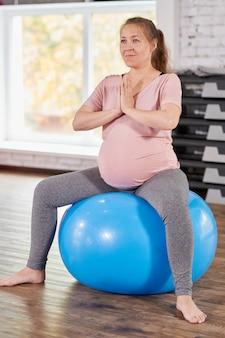 Kobieta w ciąży robi joga