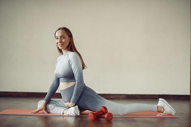 Kobieta w ciąży trenuje w gym