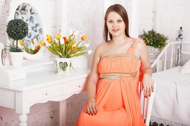 Kobieta w ciąży w eleganckiej sukience