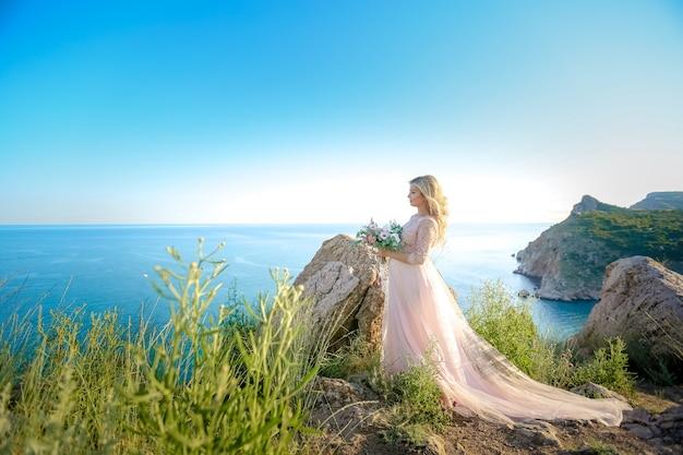 Kobieta w ciąży w przyrodzie. piękna kobiety przyszłości matka w biel długiej sukni outdoors