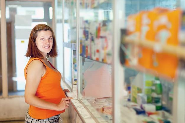 Kobieta w ciąży wybiera narkotyki