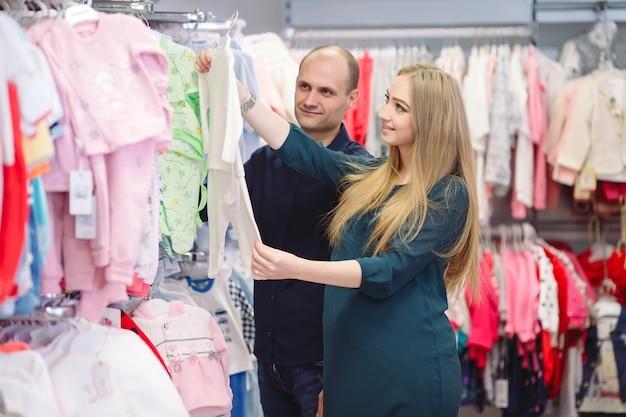 Kobieta w ciąży z mężem na zakupy dla dziecka.