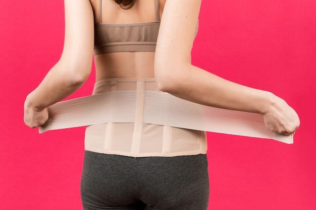 Kobieta w ciąży zakładanie bandaża