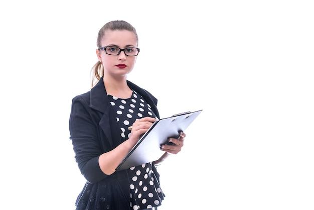 Kobieta w ciemnych ubraniach w okularach pozowanie na białym tle