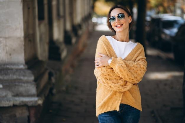 Kobieta w ciepłych tkanin na zewnątrz w parku jesień