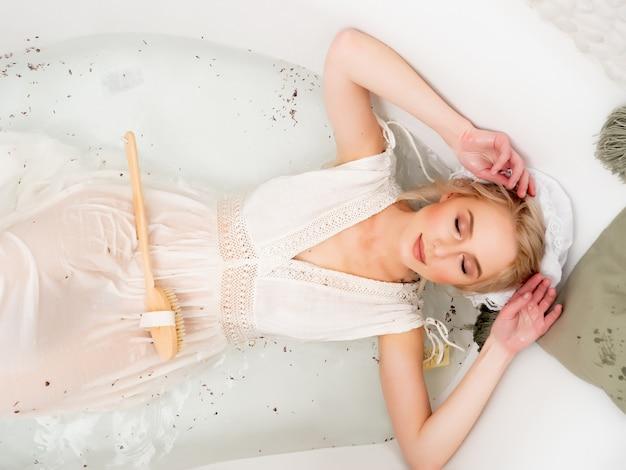 Kobieta w ciuchach vintage kąpie się z lawendą jak za czasów renesansu