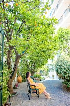 Kobieta w cytryna ogrodzie sorrento na lato