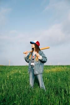 Kobieta w czapce z odrobiną