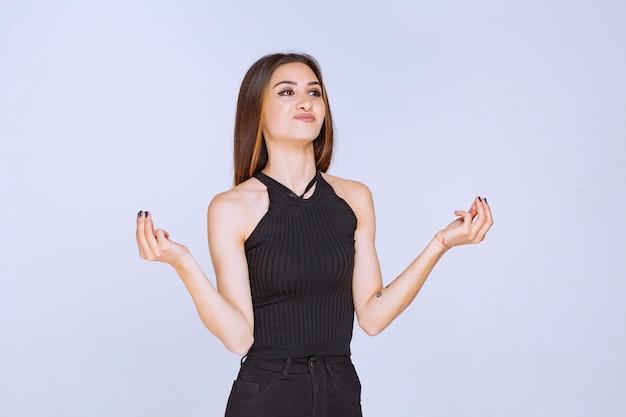Kobieta w czarnej koszuli co wskazuje na dobry gust.