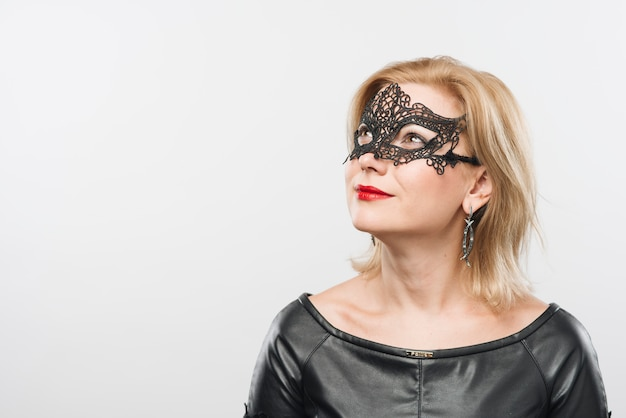 Kobieta w czarnej masce patrząc od hotelu