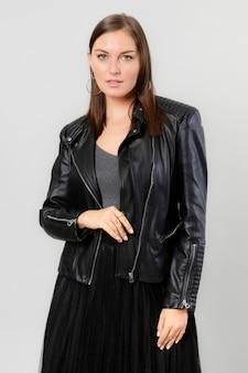 Kobieta w czarnej skórzanej kurtce