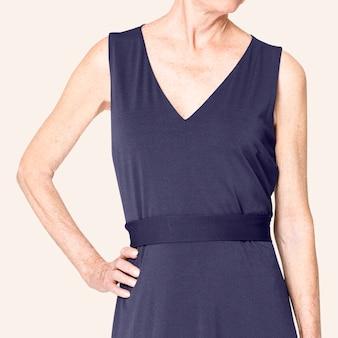 Kobieta w czarnej sukience midi z przestrzenią projektową