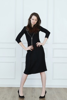 Kobieta w czarnej sukni biznesowych ołówek
