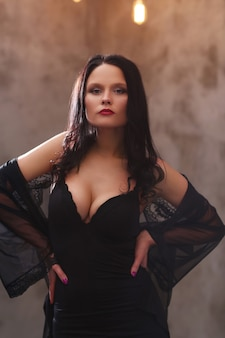 Kobieta w czarnej sukni
