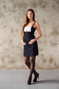 Kobieta w czarno-białej sukni