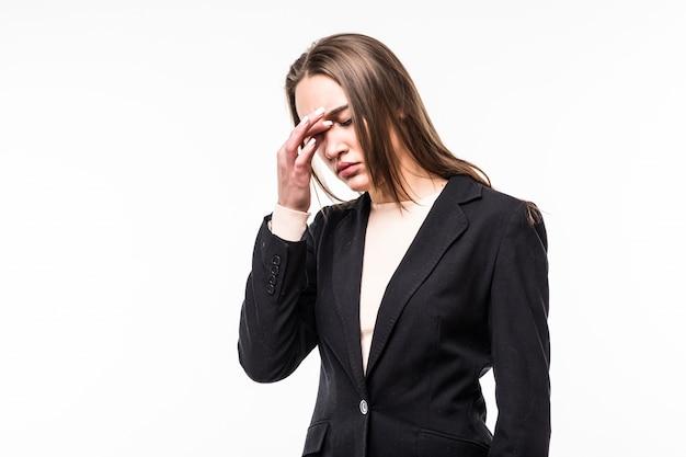Kobieta w czarnym apartamencie ma ból głowy na białym tle