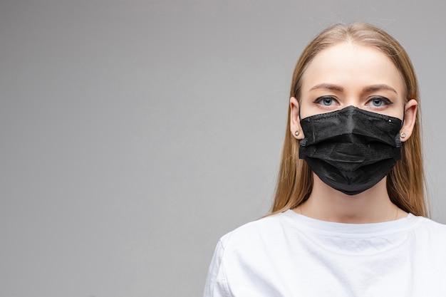Kobieta w czarnym aseptycznym respiratorze.
